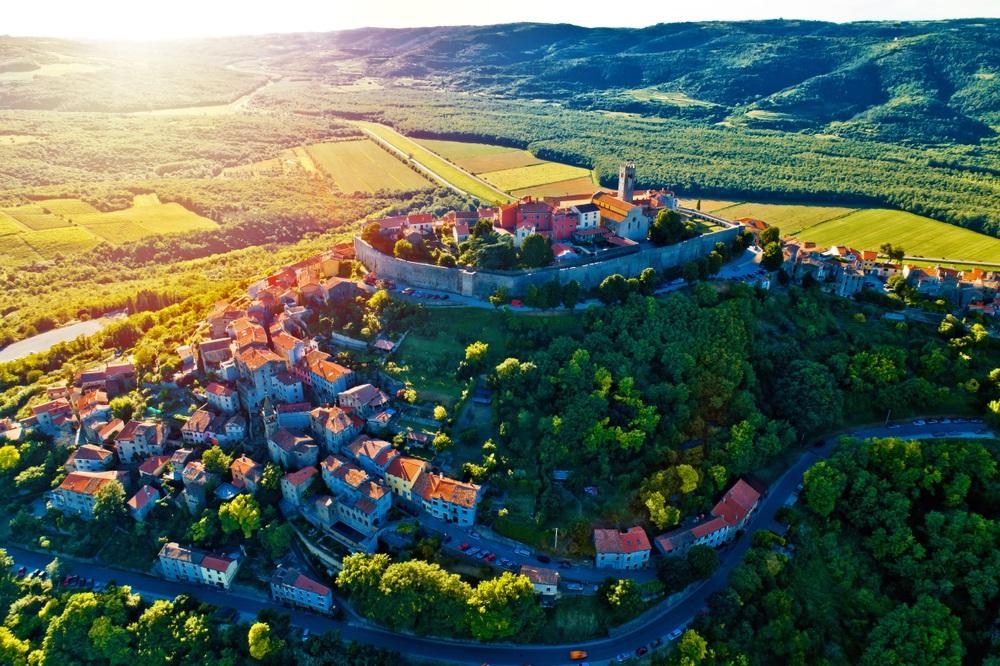 Heuvelstad Motovun bij zonsondergang luchtfoto, Istrië regio van Kroatië.