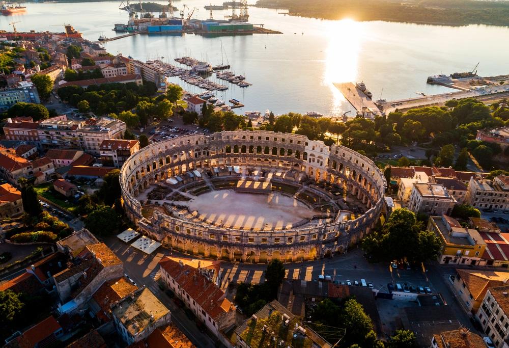Pula Arena bij zonsondergang - HDR luchtfoto genomen door een professionele drone. Het Romeinse amfitheater van Pula, Kroatië.