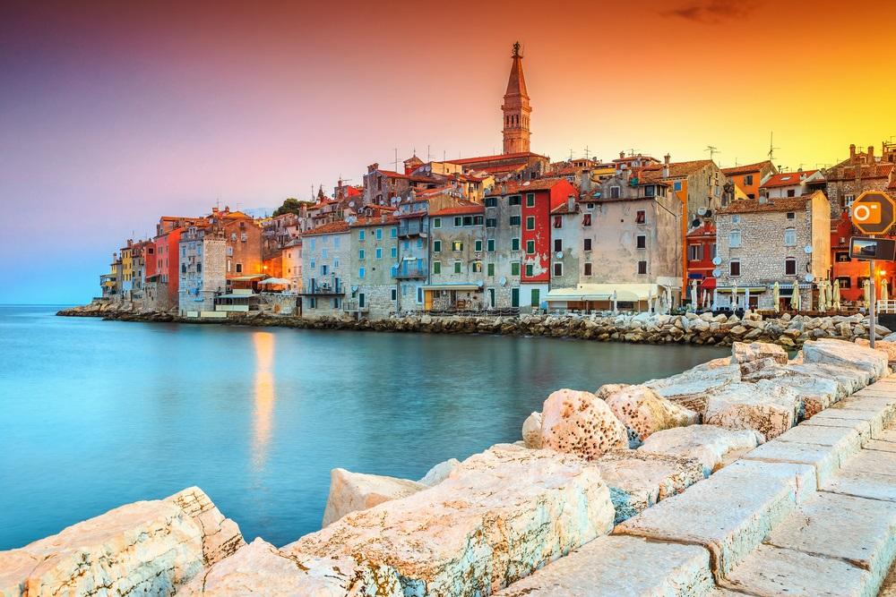 Prachtige romantische oude stad van Rovinj met kleurrijke gebouwen en magische zonsondergang, Istrisch schiereiland, Kroatië, Europa.