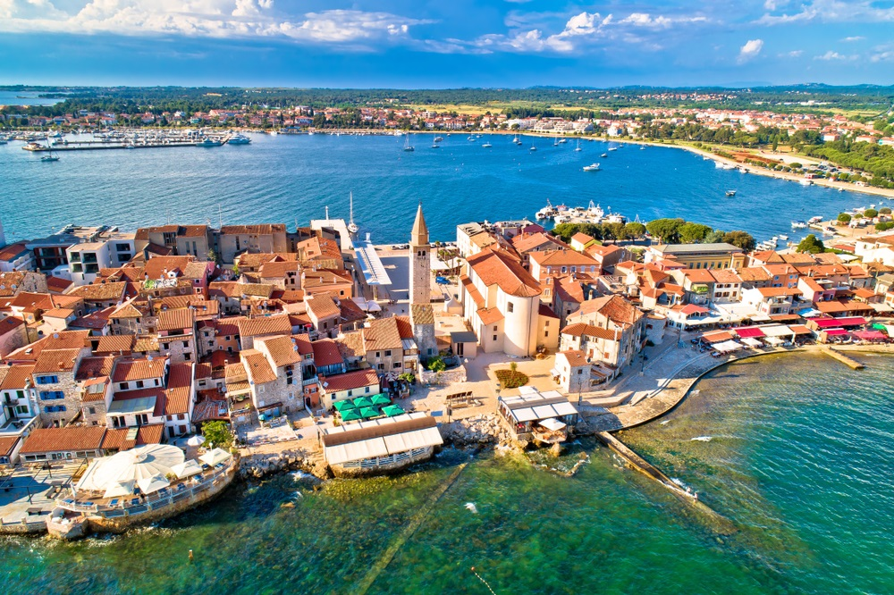 Stad van Umag historische kust architectuur luchtfoto, archipel van Istrië regio, Kroatië.