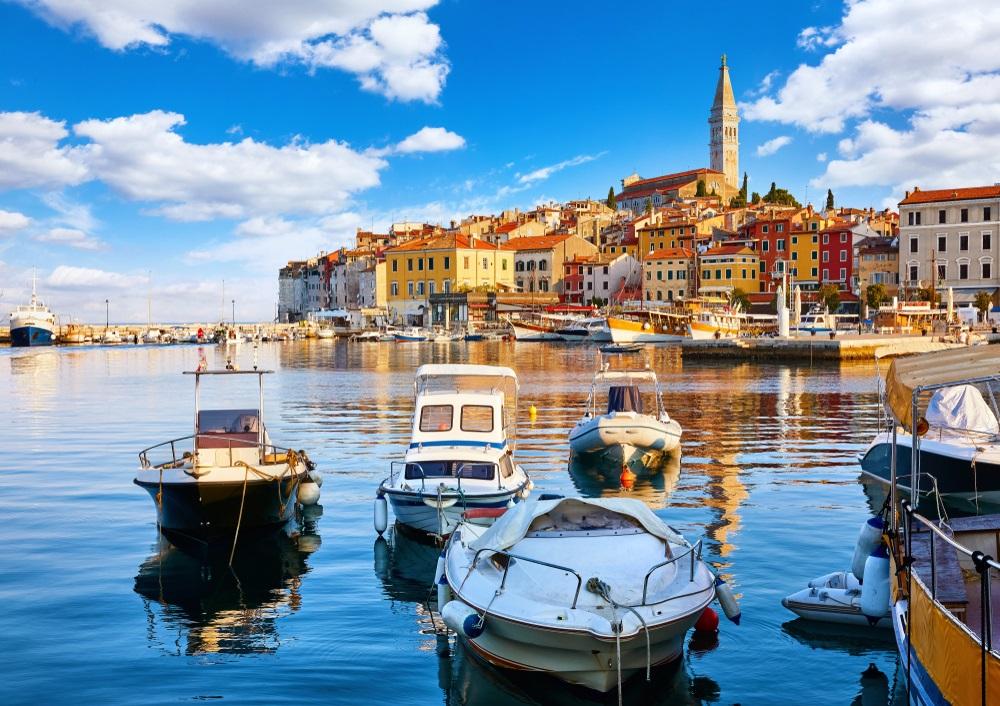 Oude stad van Rovinj, Istrië, Kroatië. Motorbootjes in het water.